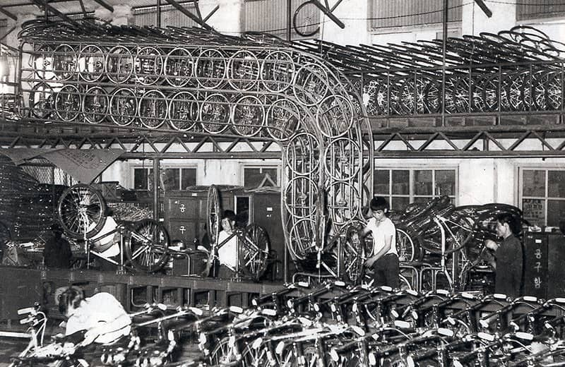 1952-the-samchully-koreas-first-bicycle-is-unveiled