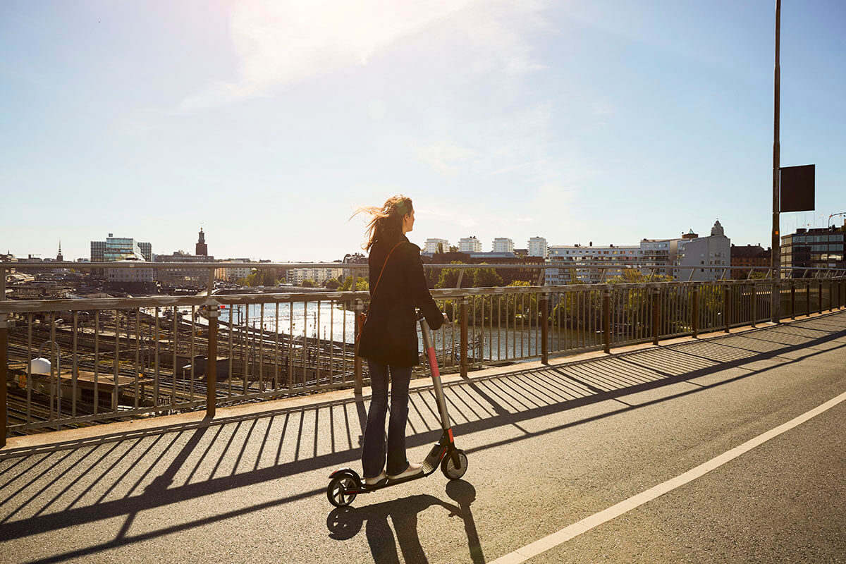kia-urban-mobility-woman-travelling-electric-scooter
