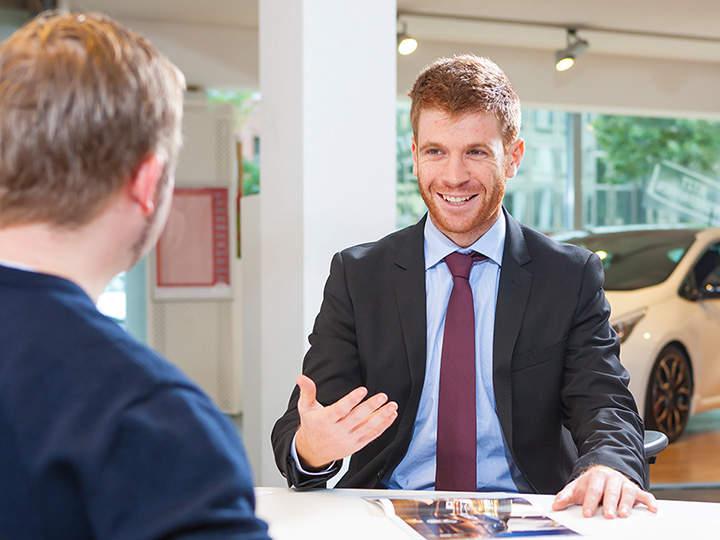 Conseiller service parlant à un client