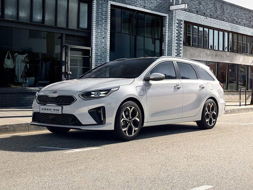 kia ceed sportswagon plug-in hybrid driving in city environment