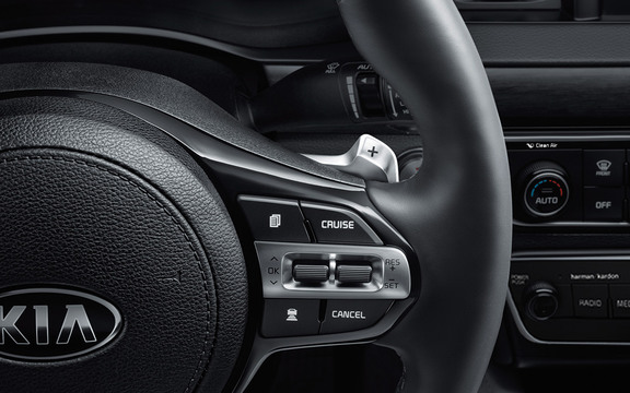 The paddle shifters of a 2018 Kia Cadenza.